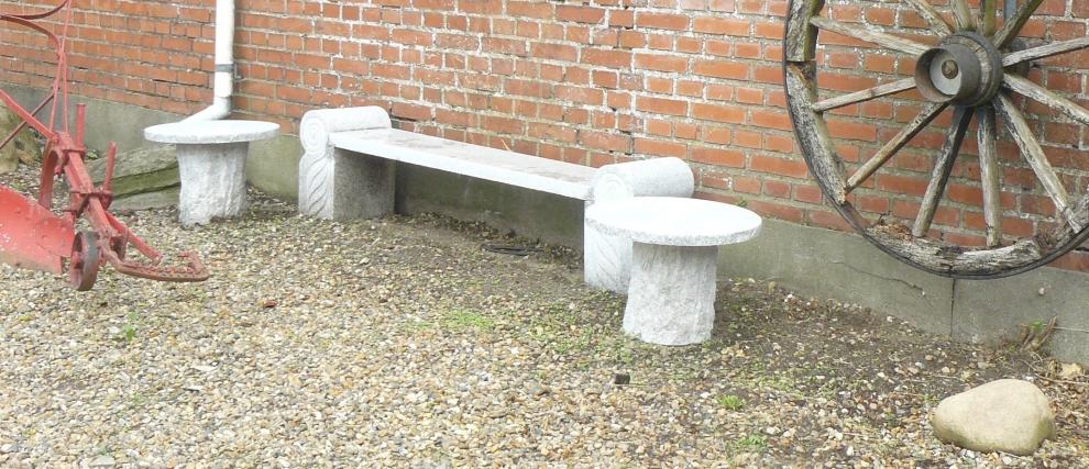 <p>Lille Granit Bænk m. bord</p>